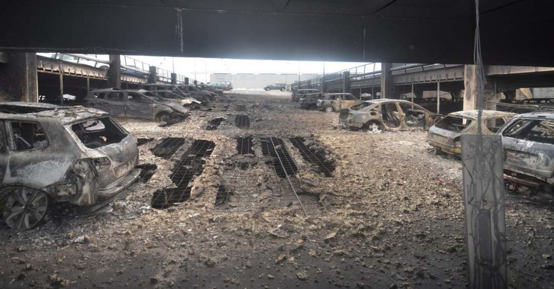 Képeken a liverpooli parkolóház-tűz pusztítása