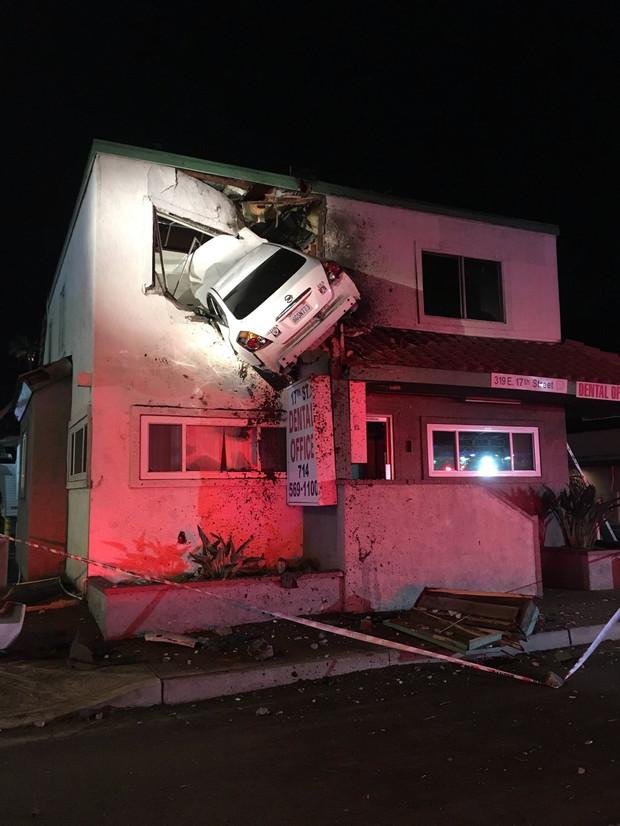 Ez hogyan sikerült? Az első emeleti ablakba csapódott egy autó