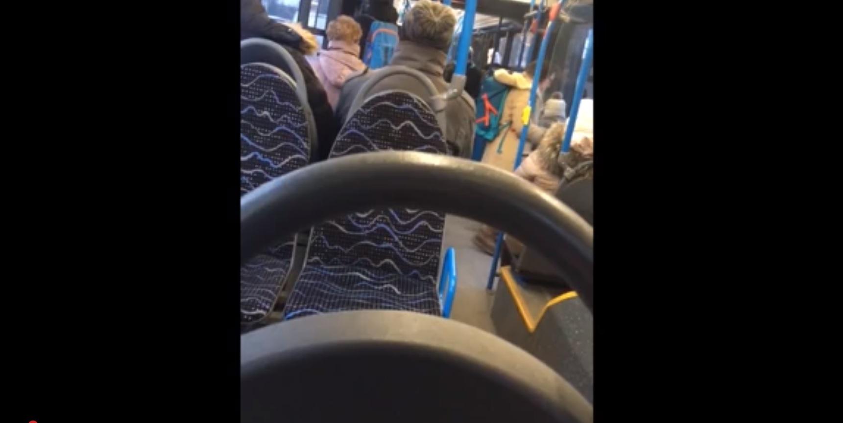Járjunk tömegközlekedéssel mi? Hatalmas lyuk tátongott a 45-ös busz padlóján!
