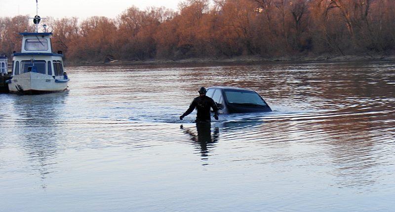 Fotók: A Dunába süllyedt egy személygépkocsi vasárnap reggel