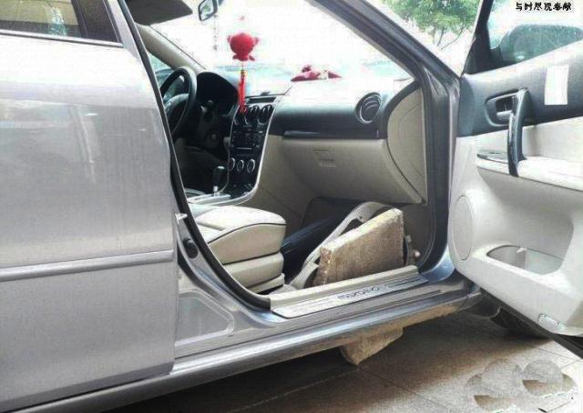 Váratlan büntetést kapott a járdára hajtó autós Kínában