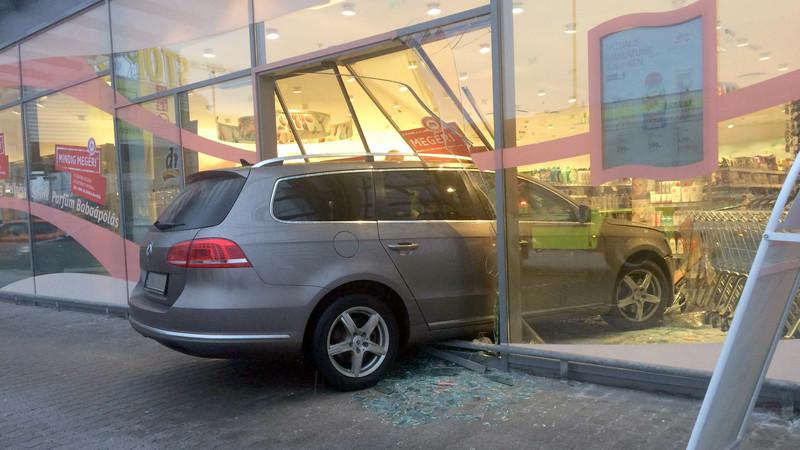 Döbbenetes baleset Nyíregyházán: a DM üzletébe csapódott egy kocsi