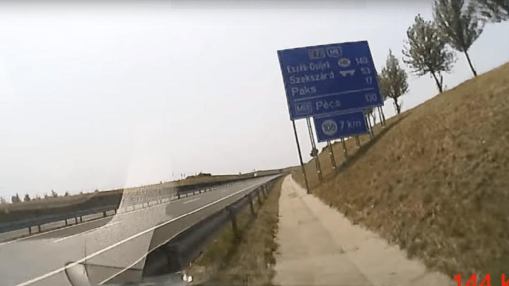 Videón, ahogy az M6-oson elaludt egy sofőr mögötte a két gyerekével