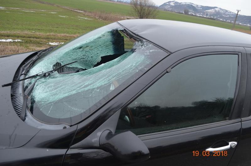 Fotók: Kamion tetejéről lezuhanó jégdarab törte össze egy autó szélvédőjét