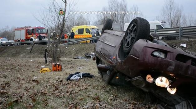 Videó: Szalagkorlátot szakított egy gépkocsi az M2-es autóúton hétfőn