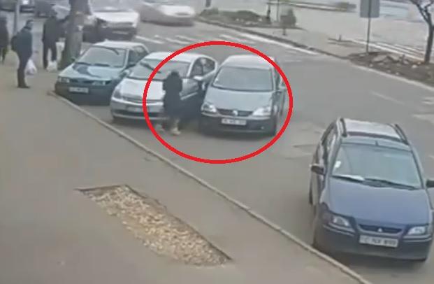 Videó: Letört ajtó, fura manőverek. Ismét egy parkolásból jelesre vizsgázó sofőr
