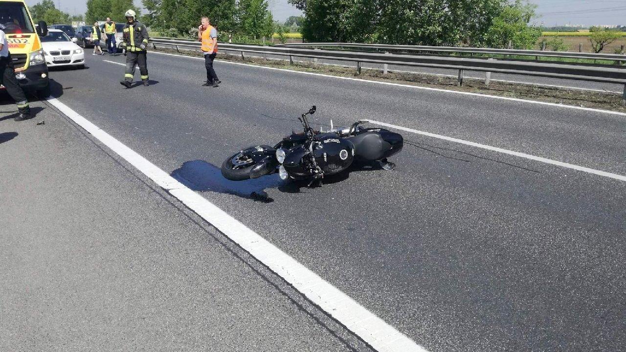 Szalagkorlát amputálta a motoros lábát szombaton az M1-esen