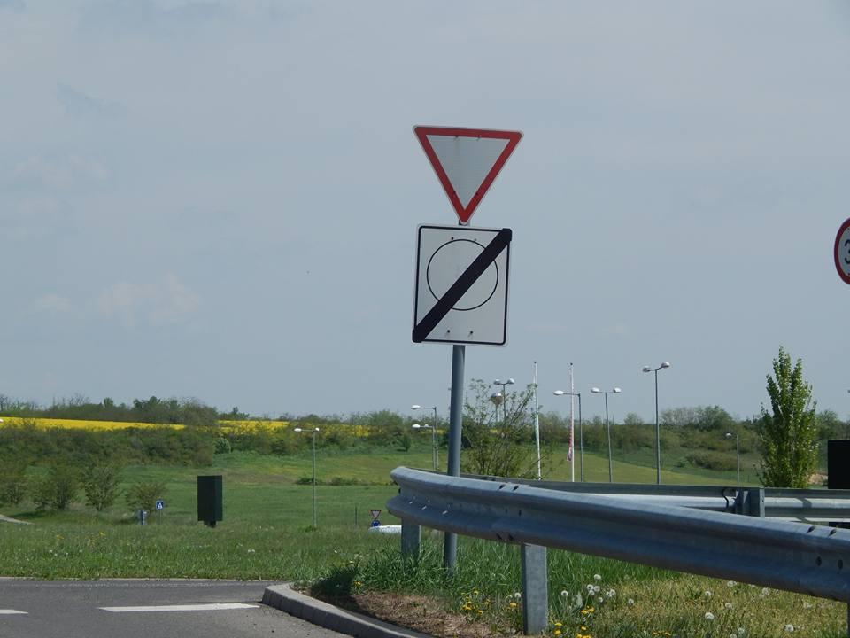 Vigyázz, sokan nem tudják, de ebben a kereszteződésben tilos balra fordulni