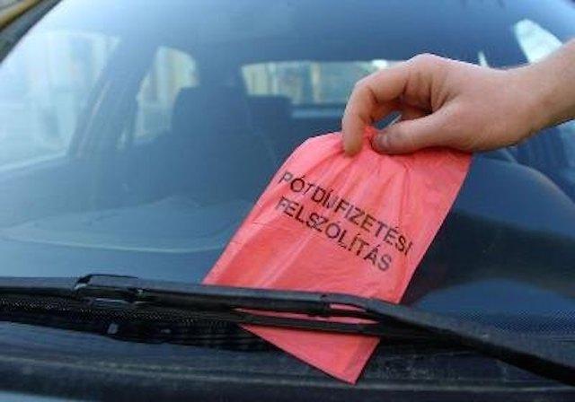 FRISSÍTVE! Infarktus miatt szabálytalanul parkolt le autójával egy nő – Megbüntették és nem akarják elengedni a bírságot