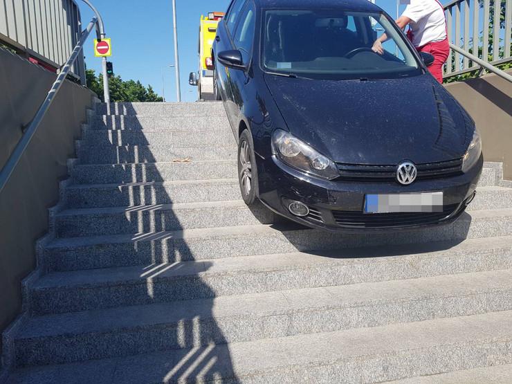 Fotók: Aluljáróba hajtott egy autós Budapesten