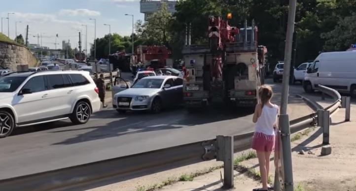 A Budaörsi úton felborult tűzoltóautó mentésére indult tűzoltóautó is balesetet okozott