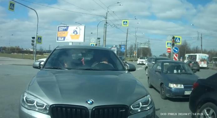 Igazi tahó módjára akart kanyarodni a BMW-s, de a másik autós megleckéztette