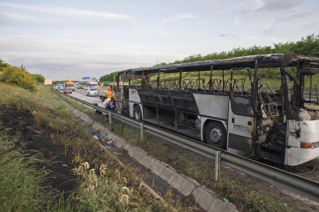 Fotók az M0-son kiégett, gyerekeket szállító iskolabuszról