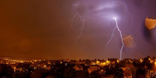 Egy család autójára döntött a vihar egy fát – A szülők meghaltak, két gyerek súlyos állapotban van