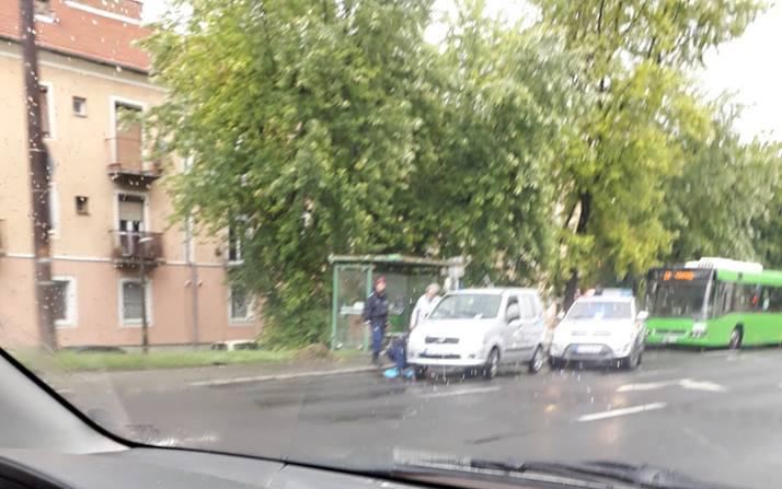 Napi pozitív: A rendőrök cserélik a kereket a néninek