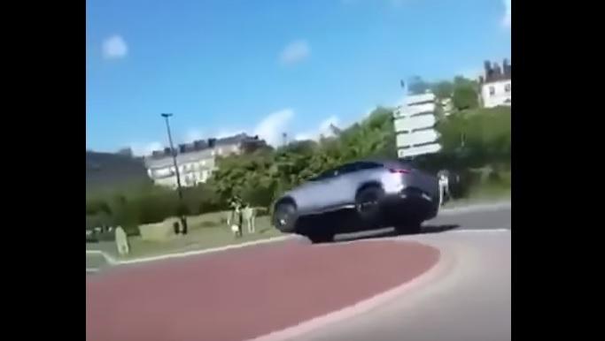 Videó- Így borul fel körforgalomban egy Mercedes-AMG GLE63