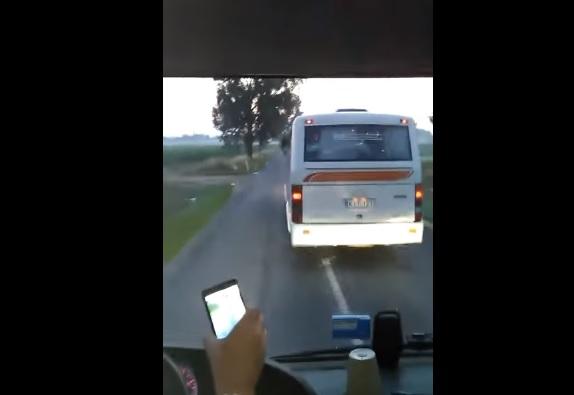"""Két távolsági busz """"versenyzett"""" egymással, az egyik sofőr a mobiljával vette a száguldozást"""