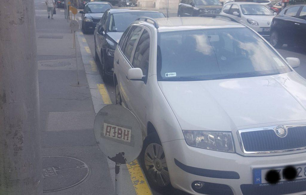 Táblákkal foglalják a parkolóhelyeket az Alapvető Jogok Biztosának Hivatala előtt
