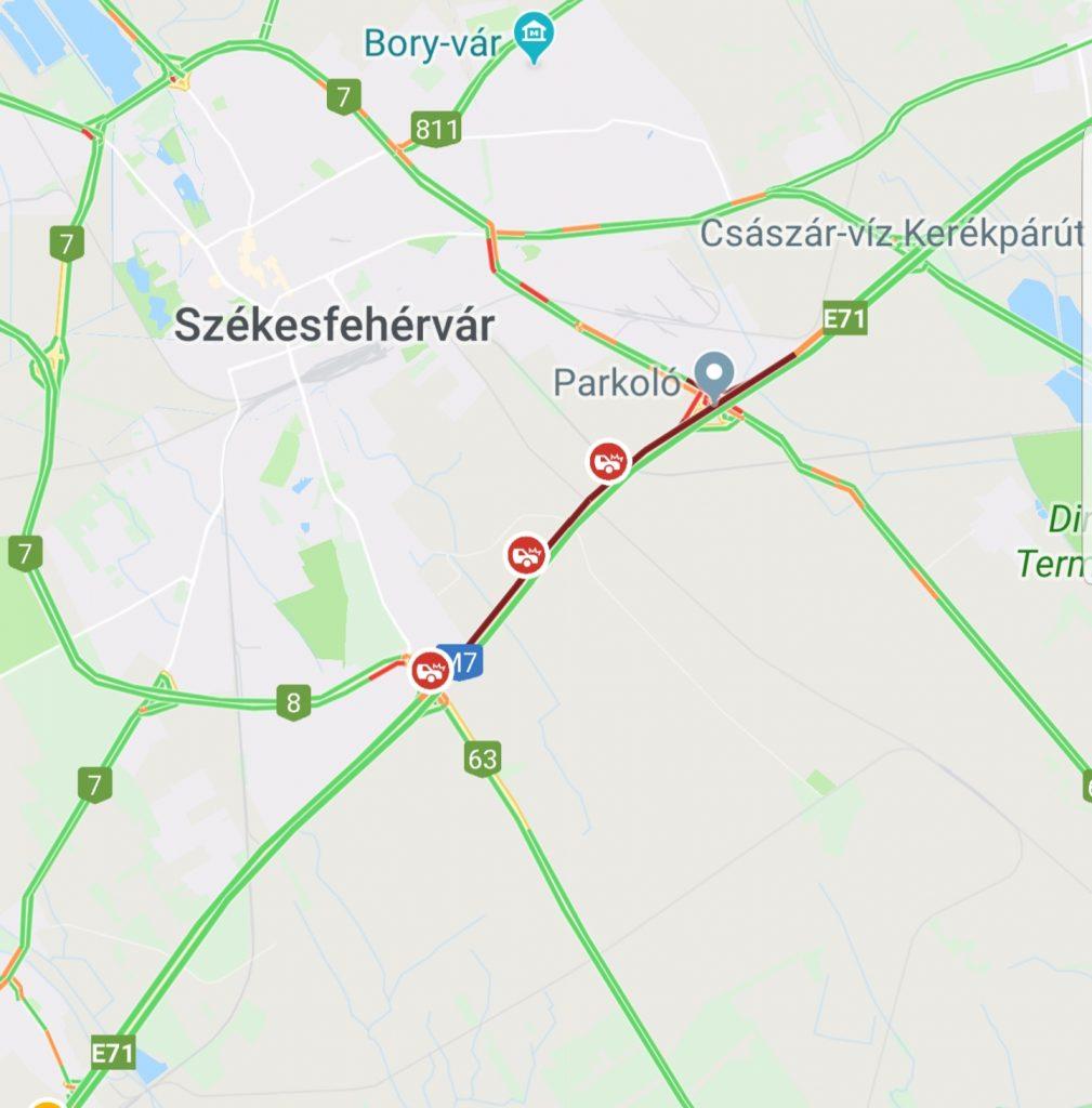 Három gépjármű ütközött össze Székesfehérvár térségében, ezért a Balaton felé vezető oldalon csak a belső sáv járható.