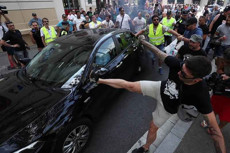 Uber-sofőrökre támadtak, majd sztrájkba léptek a taxisok Barcelonában