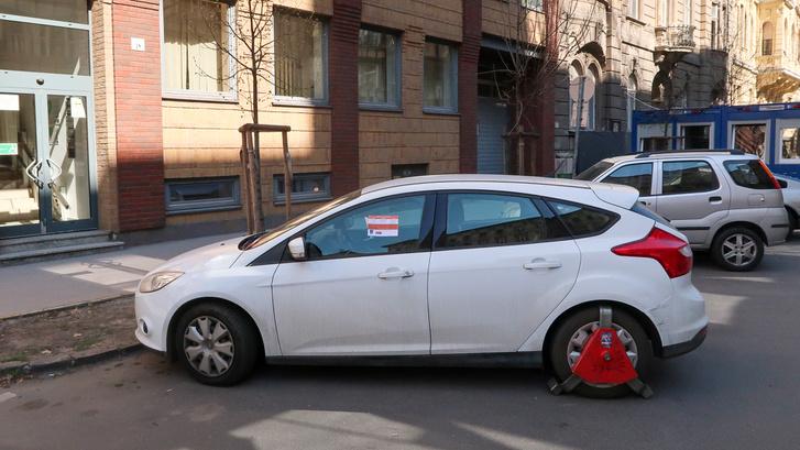 Újra bevezetnék a kerékbilincselést Budapesten a szabálytalanul parkoló autókra