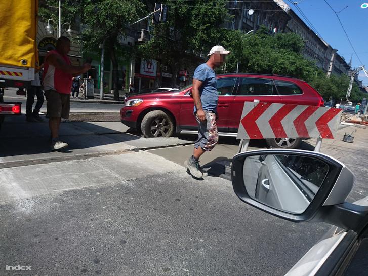 Ismét a friss betonba hajtott valaki a körúton