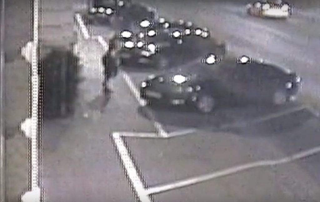 VIDEÓ: Józsefvárosi térfigyelő rögzítette, ahogy autót rongált. Keresi a rendőrség