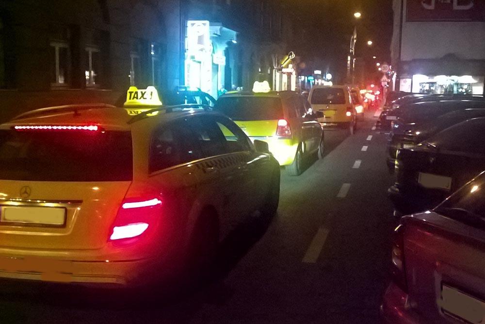 VIDEÓ: Így erőszakolják meg a taxik a bulinegyedet