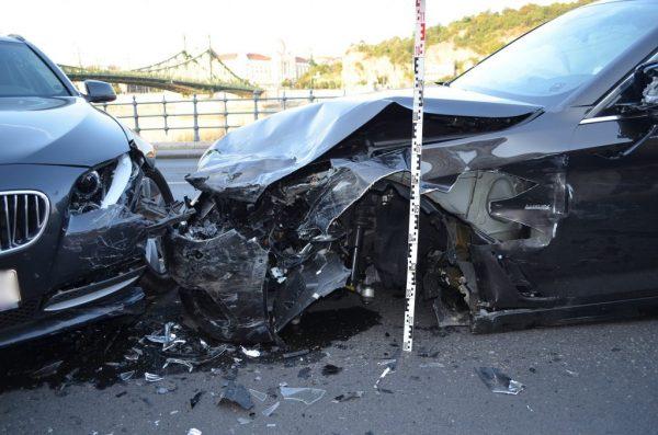 Fotók – Több autót is rommá törtek a rakpart rossz oldalán közelekő Brit turisták