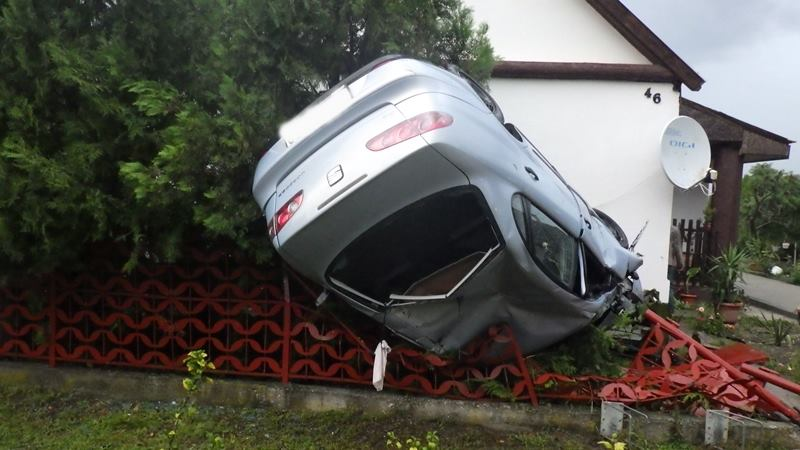 Fotók – Lesodródott az útról és felborult egy személygépkocsi augusztus 1-jén kora este
