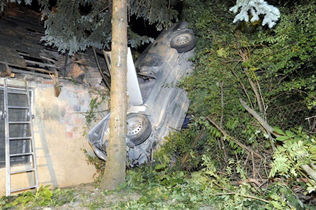 Fotók – Háztetőbe csapódott egy autó Óbudán, egy ember meghalt