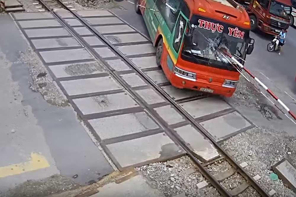 VIDEÓ: Atyaég mit művelt ez a vietnámi buszsofőr??? Nyársalt elől-hátúl