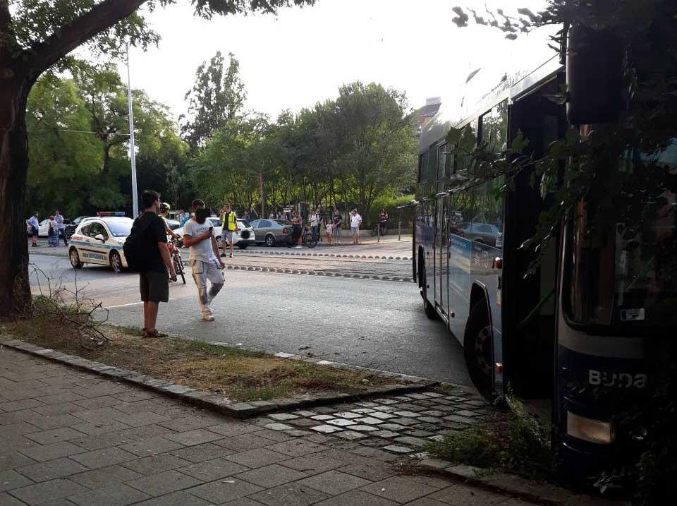 Busz keresztben a Fehérvári út – Kanizsai u. sarkon