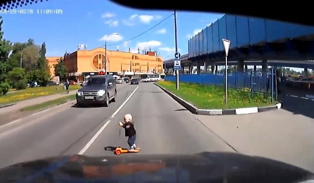 """Videó – A semmiből """"robogott"""" az útra a kisegyerek, csak a sofőrök reflexeinek köszönheti az életét"""