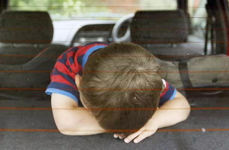 Olaszországban kötelező a vészjelző használata, amely figyelmeztet, ha gyermeket az autóban felejtjük