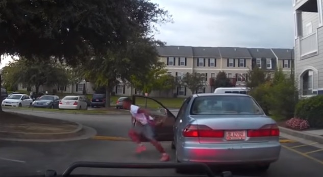 Videó – Meghallotta a szirénát, kipattant az autóból és elrohant