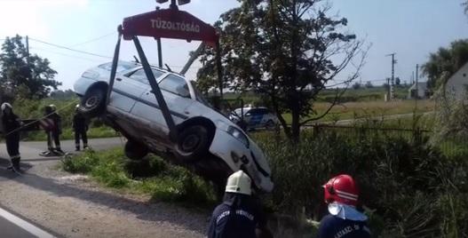 Videó – Daruval emelték ki az autókat a vízből a karambol után
