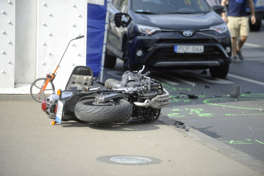 Fotók – Miért halt meg a motoros az Erzsébet hídon?