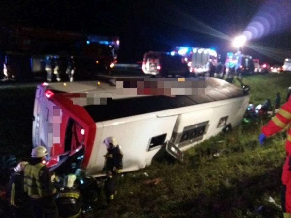 Fotók – 14 ember sérült meg az M1-esen a szombat éjjeli buszbalesetben