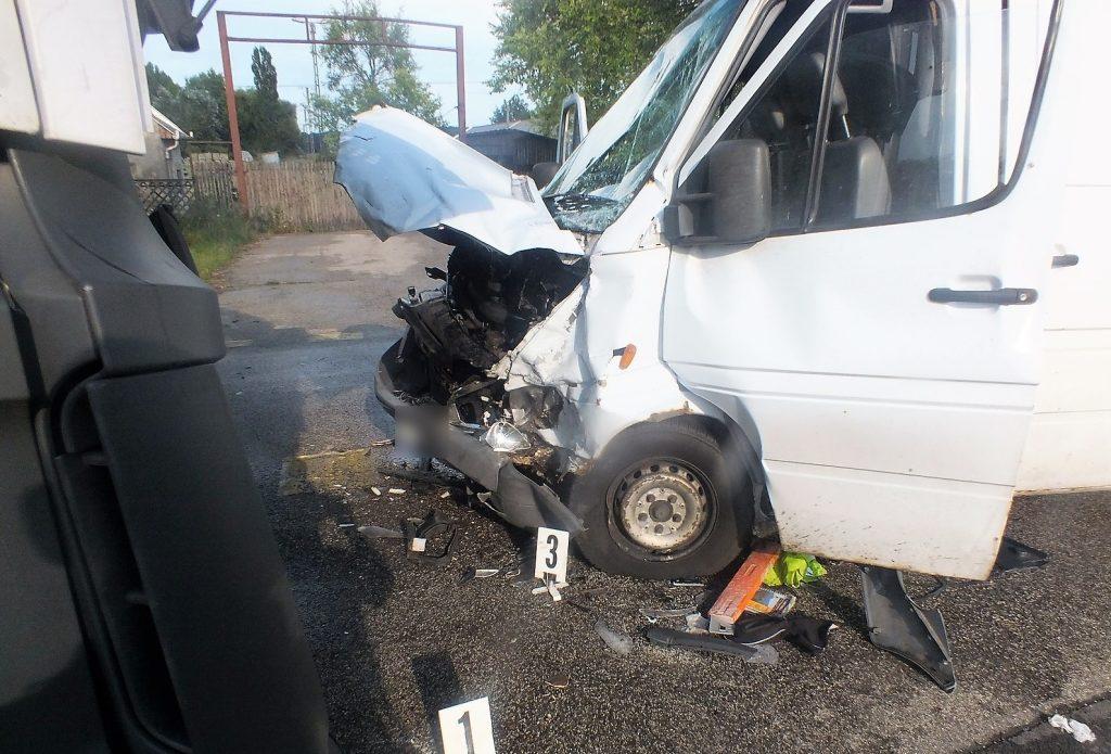 Fotók – Frontális karambol volt a 47-es főúton, vétlen autó sofőrje és utasa sérült meg a balesetben