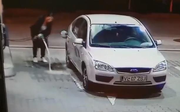 Videó – Igazi káosz, amit ez a nő a benzinkúton művel