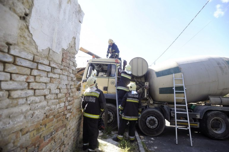 Fotók – Egy betonkeverő letarolt egy családi házat Budafokon