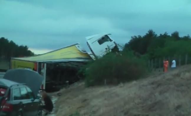 Videó – Kamion és személyautó ütközött szombat este az M3-as autópályán