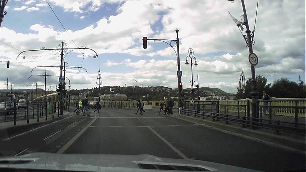 VIDEÓ: 4 másodperc nem elég, hogy megálljon a pirosnál a Margit hídon?