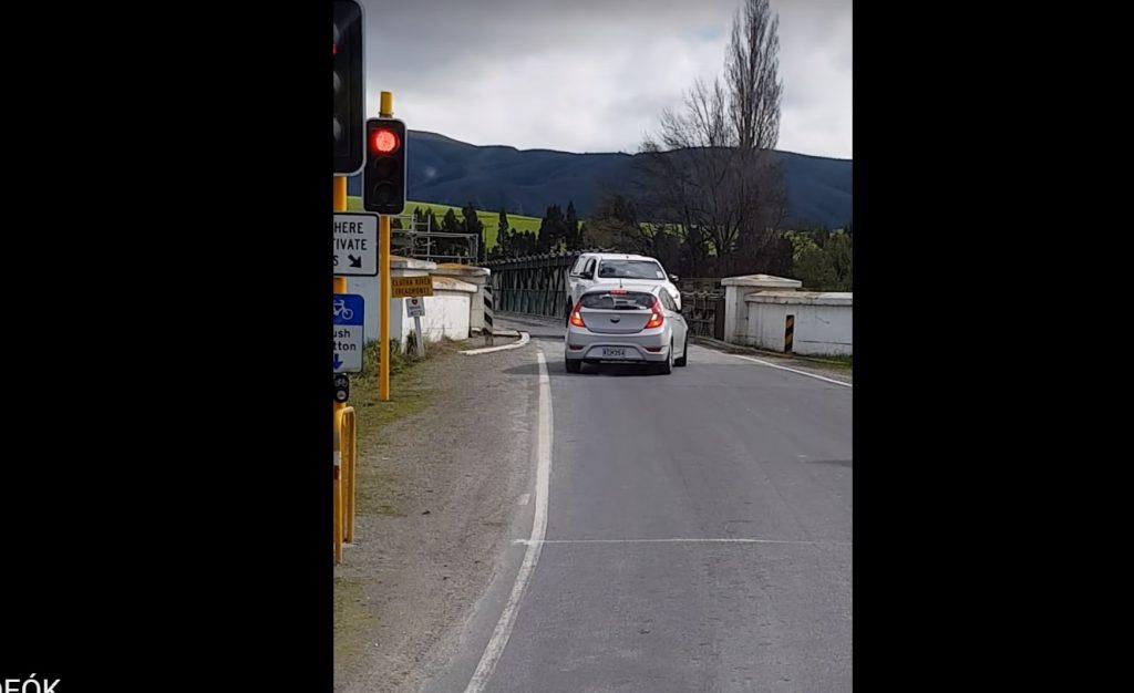 VIDEÓ: Elképesztően megszívta a piroson áthajtó sofőr, a saját ostobasága miatt