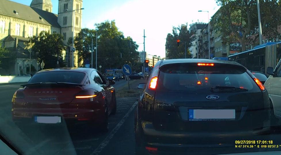 VIDEÓ: Szembe forgalommal, át a piroson, gyalogosokat majdnem elgázolva kerülte ki a sort