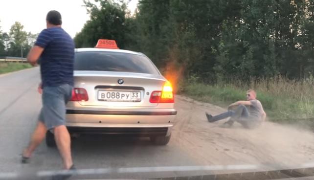 Videó – A maga módján szankcionálja a szemetelést ez a taxi-s