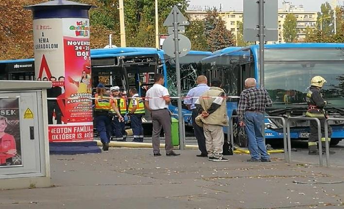 Fotók – Útlezárás! Autóbuszok ütköztek össze a BAH- Csomópontnál