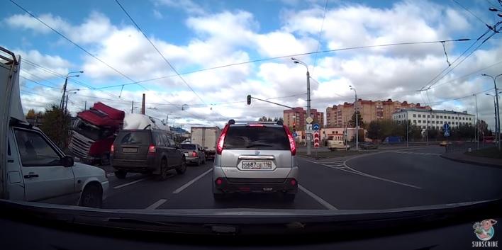 Videó – Oldalára borulva zuhant a személyautók közé a kanyarodó kamion