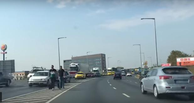 Videó – Erdogan érkezése miatt volt dugó a Ferihegyi gyorsforgalmin: Volt, aki kiszállt a taxiból és gyalog, az út közepén indult a reptér felé